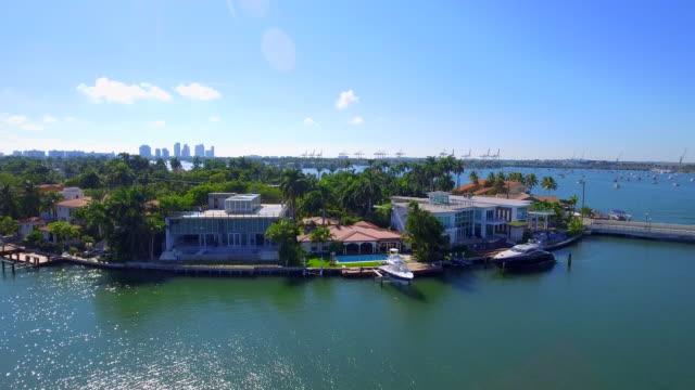 vídeos de stock e filmes b-roll de aerial footage of san marco island miami beach - mansão imponente
