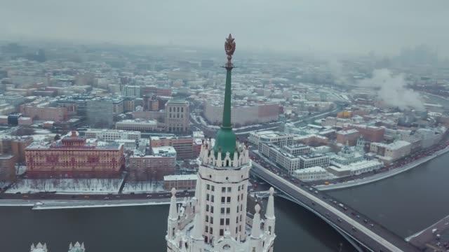 aerial footage av stalins sovjetunionen skyskrapa 's star. drone utsikt över kreml, röda torget, moskva floden och andra sevärdheter. vintern. - röda torget bildbanksvideor och videomaterial från bakom kulisserna
