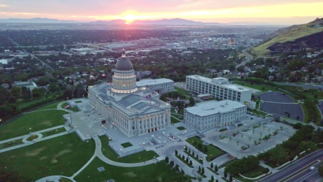 aerial footage of the utah state capitol building and downtown salt lake city utah - politica e governo video stock e b–roll
