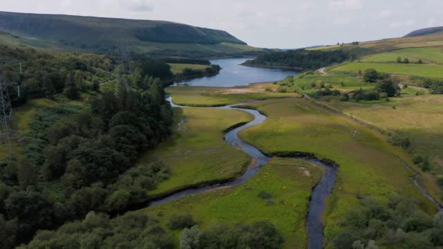 4k antenn film peak district national park, storbritannien reservoarer-woodhead, derbyshire - england bildbanksvideor och videomaterial från bakom kulisserna