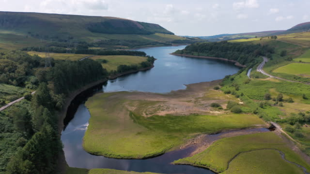 4k aerial footage peak district national park, uk reservoirs - woodhead, derbyshire - riserva naturale parco nazionale video stock e b–roll