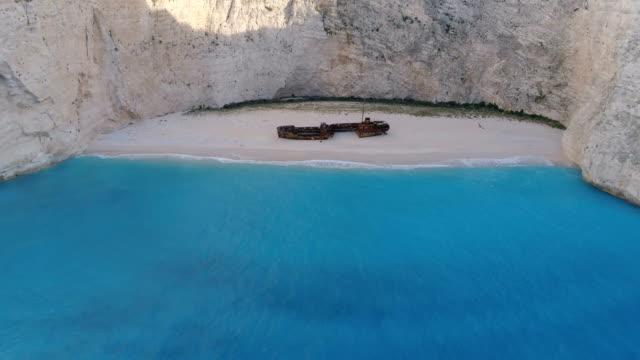 aerial footage shipwreck bay navagio beach, zakynthos - кораблекрушение стоковые видео и кадры b-roll