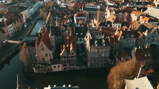 riprese aeree 4k sotto il centro medievale di brugge nel giorno d'estate - bruges video stock e b–roll