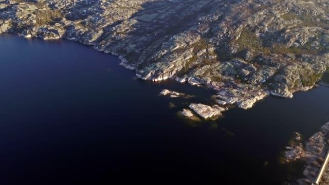 vídeos de stock e filmes b-roll de aerial footage view of dam marques da silva and long lagoon , lagoa comprida, in the mountains of serra da estrela - vídeos de barragem portugal