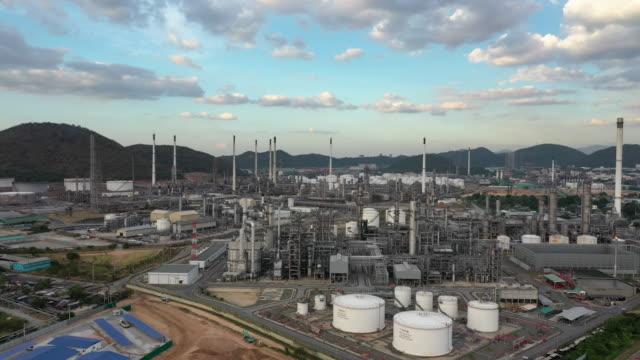 stockvideo's en b-roll-footage met antenne naar voren: olieraffinaderij plant in dag tijd - raffinaderij