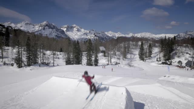 sciatore freestyle aerea fare la fare le capriole all'indietro nella neve park - sci freestyle video stock e b–roll