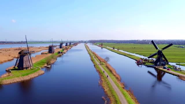 kinderdijk 네덜란드에서에서 풍차에서 공중 - 무인항공기 스톡 비디오 및 b-롤 화면