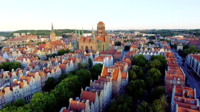 aerial gdansk old town skyline with basilica city hall and town houses - польша стоковые видео и кадры b-roll