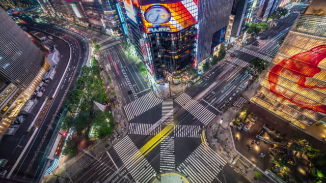 東京で人混みや車で夜の4k空中t/l銀座道路交差点 - ファストモーション点の映像素材/bロール