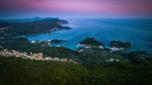 航空中 : コルフ島のパレオカストリツァのギリシャ海岸線 - ギリシャ点の映像素材/bロール