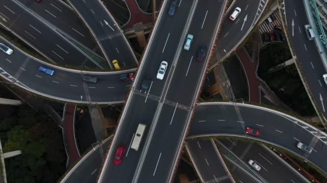 svincolo autostradale aereo di notte - incrocio stradale video stock e b–roll