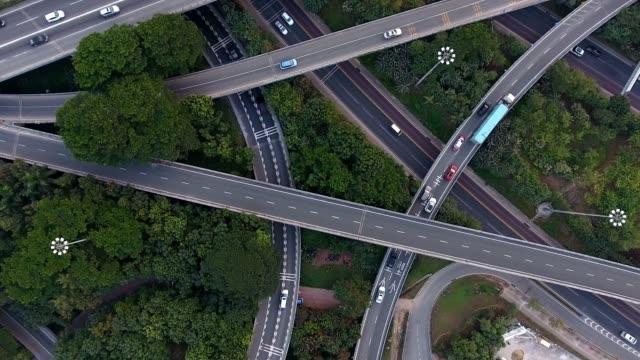 stockvideo's en b-roll-footage met luchtfoto van de snelweg afslag - dwarsweg