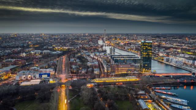 vídeos y material grabado en eventos de stock de hiperlapso aéreo: paisaje urbano de berlín al atardecer - berlín