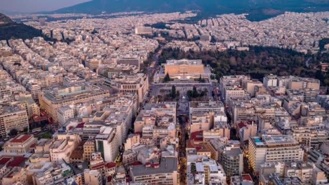 vídeos de stock, filmes e b-roll de hiperlapso aéreo de atenas, grécia, praça syntagma e acrópole, pessoas, carros, nuvens - atenas grécia