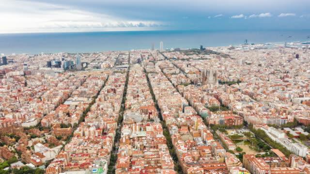 vídeos de stock e filmes b-roll de aerial hyperlapse of barcelona - linha do horizonte sobre terra