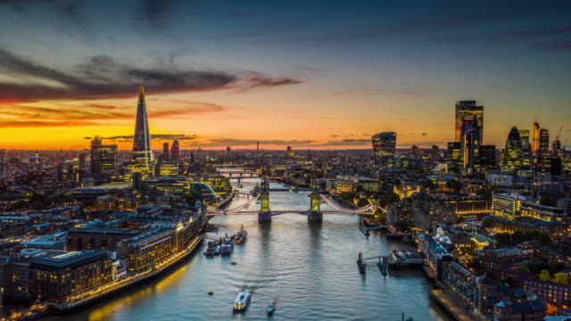 aerial hyperlapse of london city and the tower bridge - dzielnica finansowa filmów i materiałów b-roll