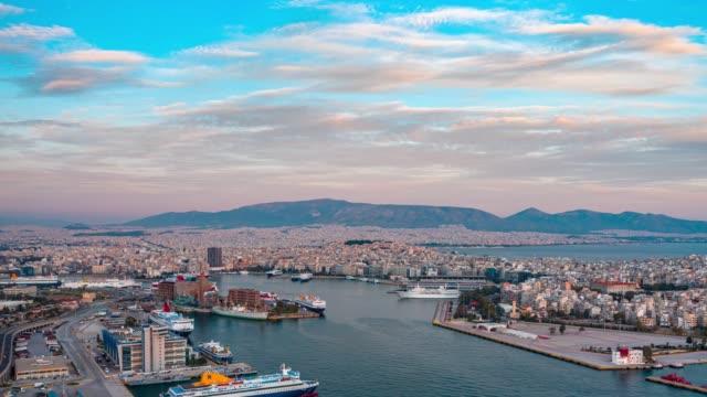 vídeos de stock, filmes e b-roll de hiperlapso aéreo do porto de pireu em atenas, grécia, ao pôr do sol - atenas grécia