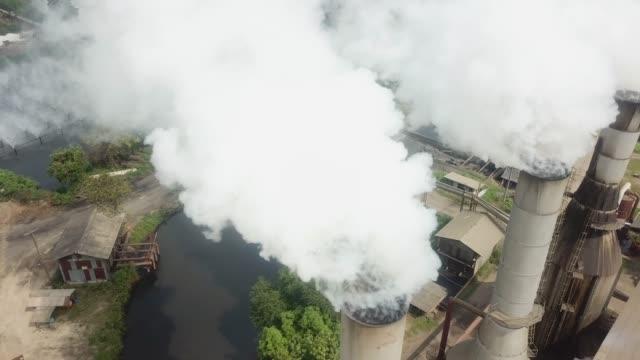 stockvideo's en b-roll-footage met luchtfoto industrie rook - schoorsteen