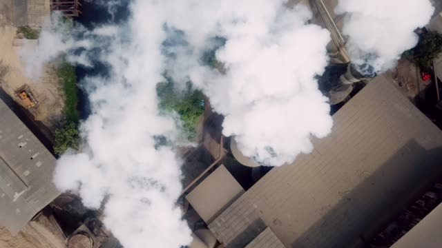 aerial industrie rauch - umweltverschmutzung stock-videos und b-roll-filmmaterial