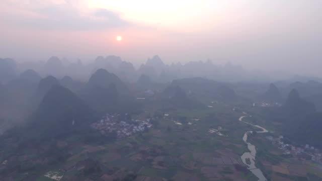 aerial landschaft in guilin - provinz guangxi stock-videos und b-roll-filmmaterial