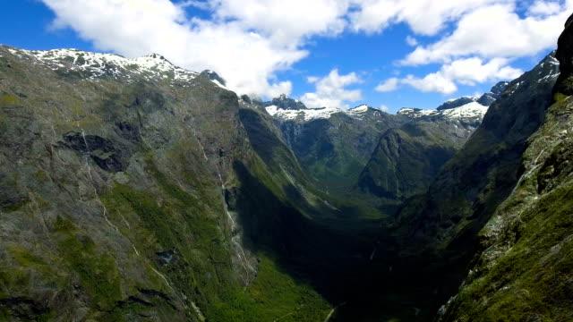 Paisaje aéreo de Nueva Zelandia Fiordland de camino a Milford Sound - vídeo
