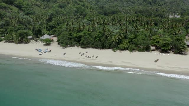 vídeos de stock, filmes e b-roll de vista aérea da paisagem da praia tropical das caraíbas - baía