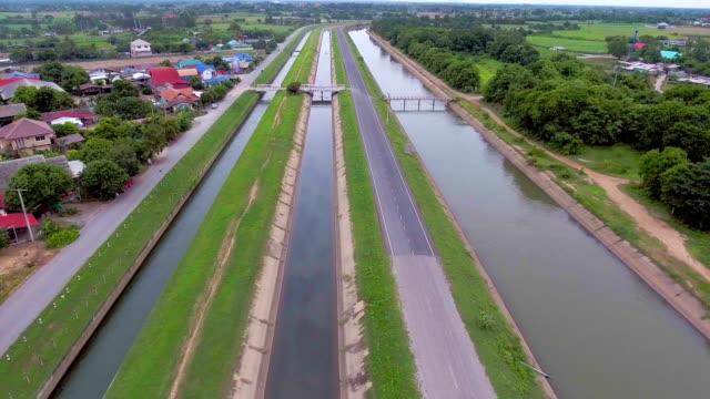 aerial landschaftsansicht der kanäle für die bewässerung in landschaft, aerial video - bewässerungsanlage stock-videos und b-roll-filmmaterial