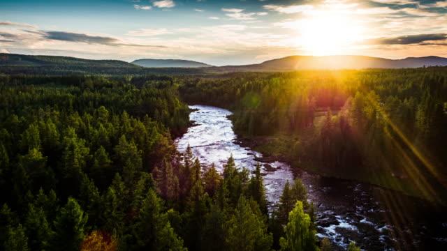 vídeos de stock e filmes b-roll de aerial lanscape with river and boreal forest in sweden - scandinavia - países nórdicos