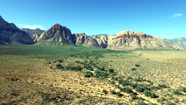 aerial left to right track of red rock canyon in nevada. - parco statale del red rock canyon video stock e b–roll