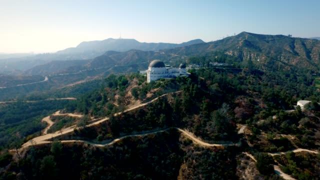 aerial vänster till rätt tracking shot runt griffith observatory i hollywood kalifornien. - hollywood sign bildbanksvideor och videomaterial från bakom kulisserna