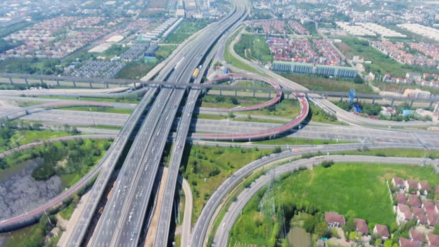 aerial long exposure hyperlapse am tollway von suburb bangkok. - autotransporter stock-videos und b-roll-filmmaterial