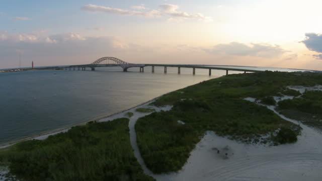 aerial long island bay, sand und brücke - bucht stock-videos und b-roll-filmmaterial