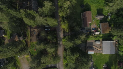 """vídeos de stock e filmes b-roll de aerial """"looking down"""" view of golden bar, the small town in mountains in washington state, northwest usa. drone video with the panning camera motion. - cena rural"""