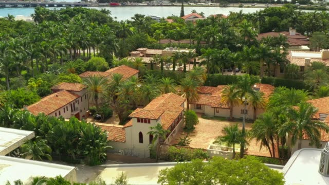 vídeos de stock e filmes b-roll de aerial luxury florida waterfront real estate - mansão imponente
