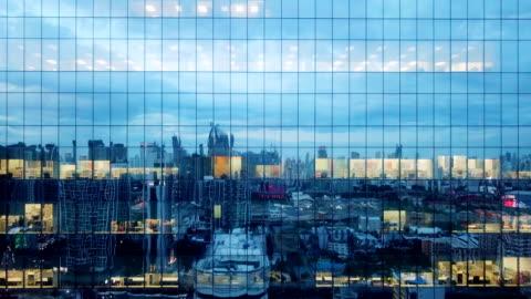 stockvideo's en b-roll-footage met aerial modern kantoorgebouw 's nachts - modern