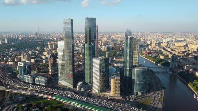 flyg moskva stadsbilden med affärscentrum, flod och tung trafik - moskva bildbanksvideor och videomaterial från bakom kulisserna
