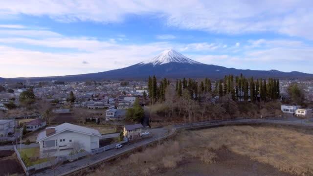vidéos et rushes de antenne: mont fuji avec le lac kawaguchi - fuji yama