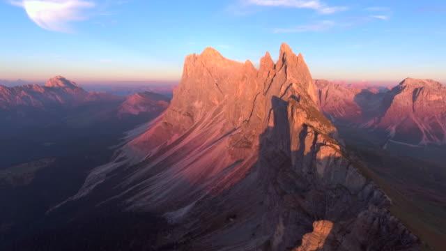 antenn: mountain i skymningen - bergsrygg bildbanksvideor och videomaterial från bakom kulisserna