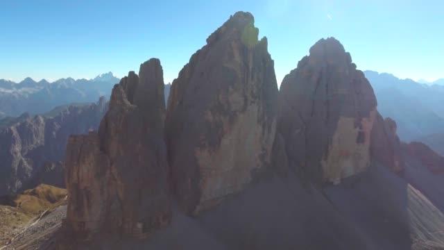tre cime dolomites 'de havadan dağ kayası - unesco stok videoları ve detay görüntü çekimi