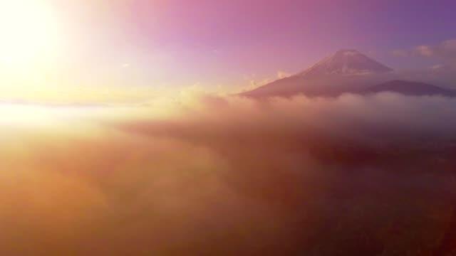 vidéos et rushes de aérien mt. fuji avec nuageux au lever du soleil - fuji yama