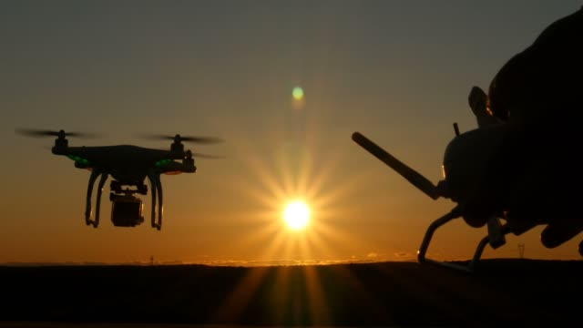 원격 제어를 통해 하늘에서 비행 하는 공중 multirotor 무인 항공기 quadcopter 항공기 - 무인항공기 스톡 비디오 및 b-롤 화면