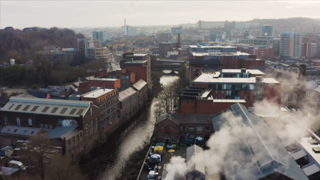 aerial near miss with a flock of birds with the view of the river don in sheffield behind during a cold icy morning - città diffusa video stock e b–roll