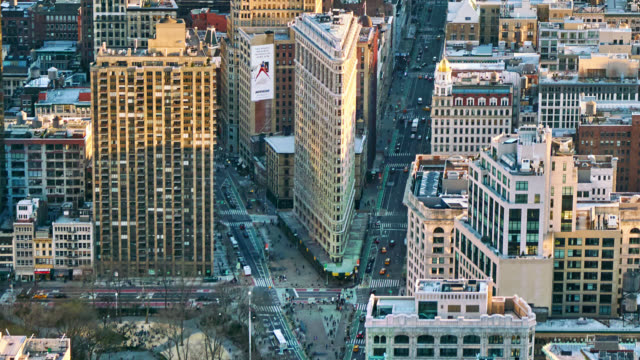 stockvideo's en b-roll-footage met luchtfoto new york street. flatiron building. verkeer. manhattan midtown. stad. ochtend tijd - financieel district