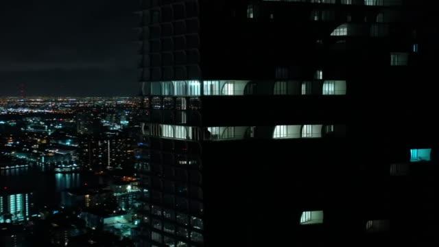 空中夜景鏡頭與高層建築和購物中心 - 廣場 個影片檔及 b 捲影像