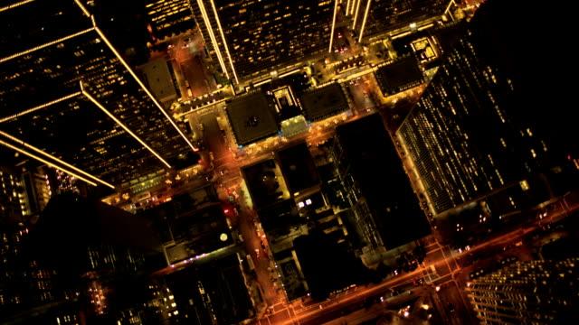 Vista vertical aérea noche de luces de rascacielos, Estados Unidos - vídeo