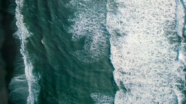vídeos y material grabado en eventos de stock de ola oceánica aérea - borde del agua