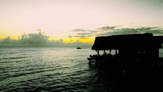 Luft eines schönen Sonnenuntergangs am Meer in schwarz und weiß und eine Farbe, gelb – Video
