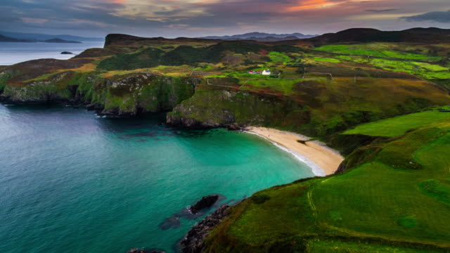 stockvideo's en b-roll-footage met luchtfoto van een eenzaam strand aan de kustlijn van county donegal, ierland - baai