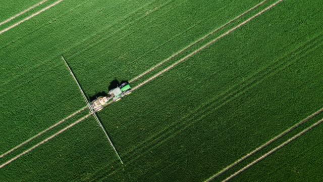 vidéos et rushes de antenne d'un tracteur à l'épandage de pesticides - herbicide