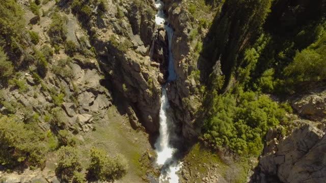 ヘリコプター、シエラネバダ山脈から滝の空中撮影 - カリフォルニアシエラネバダ点の映像素材/bロール